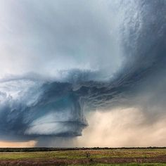 Amazing supercell in Texas, USA | Photo by @kellydelay