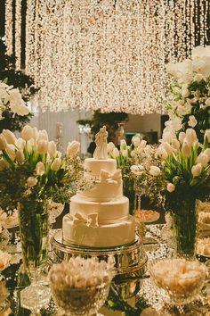 Luzes suspensas na decoração do casamento.                                                                                                                                                                                 Mais