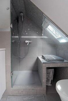 Dans une salle de bains sous les toits, chaque centimètre compte