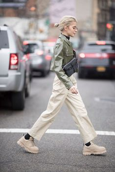 The best street style from New York Fashion Week Feb NEW YORK, NY - FEBRUARY Caro Daur seen in the streets of Manhattan during the New York Fashion Week February 2018 on February 2018 in New York City. (Photo by Timur Emek/Getty Images) Cool Street Fashion, Look Fashion, Winter Fashion, Fashion Outfits, Womens Fashion, Fashion Tips, Fashion Trends, New York Fashion Street Style, City Fashion