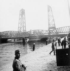 Koninginne- en hefbrug. Een in 1940, na de strijd, genomen foto van de Koninginnebrug (verkeer) en de hefbrug (spoor). Beide verbinden ook vandaag de dag nog het Noordereiland met Rotterdam-Zuid. In de ochtend van 10 mei was alleen de hefbrug door een piket van een depotcompagnie bewakingstroepen bezit. Ze werden snel uitgeschakeld door de gelande Duitsers. De hefbrug werd in de ochtend nog door de kleine marineboot Z-5 beschoten. Naar verluid raakte daarbij het hefmechanisme beschadigd.