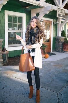 Take a look at the best faux leather leggings outfit in the photos below and get ideas for your outfits! This leather leggings outfit is so cute for fall or winter! Cream Cardigan Outfit, Winter Cardigan Outfit, Legging Outfits, Black Leggings Outfit, Leder Outfits, Tribal Leggings, Fall Winter Outfits, Winter Fashion, Yellow