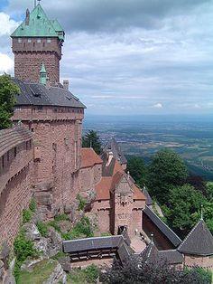 Bergfried, südliche Fassade und Eingangstor gesehen von dem grossen Bollwerk der Hohkönigsburg
