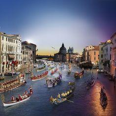 Venise est sans doute l'un des plus beaux ports d'embarquement/débarquement de la Méditerranée. Souvent les compagnies proposent une nuit à bord au début ou à la fin de la croisière. De quoi profiter pleinement de cette ville exceptionnelle. Sur cette photo de Stephen Wilkes prise en 2015 on voit la Regata Storica.