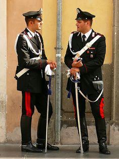 Italian policemen : Carabinieri in ceremony costume. Uniform Dress, Army Uniform, Men In Uniform, Military Police, Police Officer, Italian Police, Hot Cops, Police Uniforms, Royal Dresses
