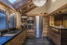 Classic, wooden style kitchen with modern touches. By Sandrine RIVIERE Photographie Chalet Design, Chalet Style, Cabin Kitchens, Cool Kitchens, Kitchen Cupboards, Kitchen Appliances, Beautiful Small Homes, Small House Floor Plans, Best Kitchen Designs