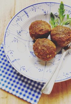 Homemade gehaktballen : sappig , recept najaar herfst winter stampot inspiratie  Ingrediënten voor ongeveer 12 middelgrote gehaktballen. 1 kg gehakt (750 gr rundergehakt en 250 varkensgehakt) 1 grote ui 2 teentjes knoflook 2 eieren 1 runderbouillonblokje 120 ml ketjap manis Kruiden (gedroogd): gemalen nootmuskaat, gemalen koriander peper en zout. Franse dijonmosterd 2 witte boterhammen (glutenvrij: 3 glutenvrije cracottes) 75 gr. paneermeel (glutenvrij: glutenvrij pennermeel) Melk