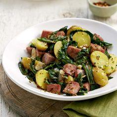Salade tiède de pommes de terre, saucisses et bette à carde