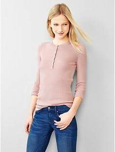 Style meets cozy comfort in these chic sweaters for women from Gap. Find women's sweaters from cardigans to pullovers in a range of colors and soft fabrics. Jumpers For Women, Sweaters For Women, 70s Fashion, Knitwear, Turtle Neck, Pullover, Chic, Tops, Style
