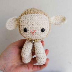 Y aquí está mi versión (muy libre por que le encuentro poco parecido la verdad) de Lambert la ovejita. El patrón también es de @allaboutami y le estoy cogiendo el gustillo así que creo que ahora me pondré con el dragoncito  #instagram #ig #igers #igersbcn #home #handmade #hechoamano #lambert #lamb #oveja #amigurumi #ganchillo #crochet #handmadewithlove #abmcrafty #craft #crafty #calledtobecreative #creativityfound #craftposure #sunday #lovely #good #makersvilage #makersgonnamake #vsco…