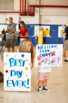 Welcome Home Signs & Ideas For Military Homecoming Military Homecoming Signs, Military Signs, Military Deployment, Military Life, Homecoming Ideas, Homecoming Dresses, Military Dating, Military Girlfriend, Military Families