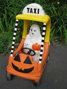 Repurpose Little Tikes Cozy Coupe Halloween Outside, Halloween Blow Molds, Holidays Halloween, Spooky Halloween, Vintage Halloween, Happy Halloween, Halloween Party, Homemade Halloween, Halloween Stuff