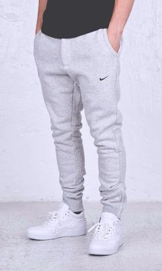How to wear nike slides outfit street styles ideas Jogger Outfit, Sweatpants Outfit, Mens Sweatpants, White Joggers Mens, Guys In Grey Sweatpants, Fashion Sweatpants, Jogger Pants Style, Mode Masculine, Nike Outfits