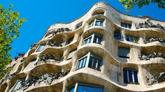 Discover Gaudí's most famous buildings with our simple walking route from Sagrada Famíla through the Eixample to Palau Güell just off La Rambla. Gaudi, Ibiza, Barcelona Tourism, La Pedrera, Walking Routes, Famous Buildings, Building Structure, Walking Tour, The Outsiders