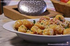 Gnocchi di zucca con crema di cipolla e speck