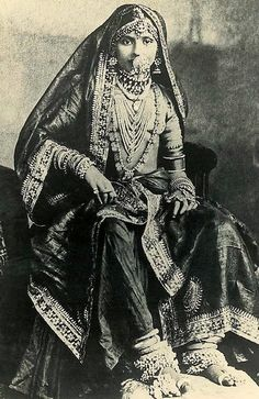 Here's something we don't see on a modern Indian Bride; dressed from top to toe in fine jewellery probably consisting of precious stones, pearls, gold and silver. I'm not sure how far back this picture dates to but from looking at it, probably late C Vintage India, Saris, Vintage Beauty, Vintage Fashion, Gagra Choli, Mode Costume, Indian Look, Indian Heritage, Indian Attire