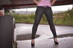 Die Skinnyjeans gibt dir die Möglichkeit, endlich eine  Jeans, die wie angegossen sitzt, in deinen Besitz zu bringen. Der Schnitt bringt dir viele Möglichkeiten, deine nach Mass gefertigte Jeans zu individualisieren. Wähle zwischen einer Hüfthose, Taillenhose oder modischen Taillenhose mit zwischengesetztem Bund. Deine Jeans kannst du in jeder gewünschten Länge nähen, ob als lange Jeans, Caprihose, Bermudashorts oder Hotpants, alles ist möglich. Die Anleitung ist mit vielen hilfreichen Tipps…