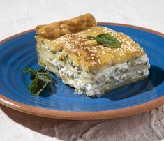 Το έδεσμα αυτό, που παραδοσιακά σερβίρεται και τον Δεκαπενταύγουστο, έχει πολλές παραλλαγές. Με ή χωρίς φύλλο, με ή χωρίς ντομάτα, με ή χωρίς αλεύρι στη γέμιση. Οι σταθερές πάντως είναι το κολοκύθι, η πατάτα και η χανιώτικη μυζήθρα. Spanakopita, Pie, Ethnic Recipes, Food, Drink, Torte, Cake, Beverage, Fruit Pie