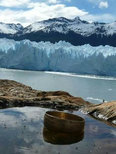 Cuenco tibetano enfrente del Perito Moreno glaciar.