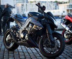 Kawasaki Z1000 Black Edition. Is this not just a sexy freakin bike? Who's a sexy bike? WHO'S A SEXY BIKE?!