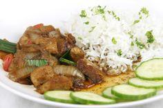 Smoor Ajam (gesmoorde kip) is een traditioneel Indonesisch gerecht. Plantaardige kipfilet van Veggiedeli is hiervoor uitermate geschikt. Het kan als simpele versie gemaakt worden, maar we kiezen hier voor de originele omdat de veelheid aan kruiden belangrijk is voor de smaak. Kan geserveerd worden met rijst en komkommer of taugé.