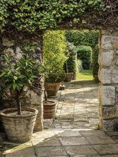 Passage secret dans le jardin du mas provençal
