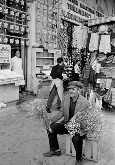 Origan seller, Athinas str, 1964 , photo by David Hurn, Magnum photos. Vintage Pictures, Old Pictures, Old Time Photos, Greece Pictures, Greece Photography, Magnum Photos, Greek History, Black And White Love, Good Old Times