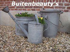 Landelijke accessoires voor tuin en balkon. Zo mooi dat oude zink! Watering Can, Canning, Vintage, Gardens, Accessories, Balcony, Vintage Comics, Home Canning, Conservation