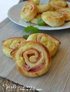 Swivels pastry with potatoes and mortadella quick recipe I Love Food, Good Food, Yummy Food, Antipasto, Easy Cooking, Cooking Recipes, Finger Food Appetizers, Food Humor, Quick Recipes