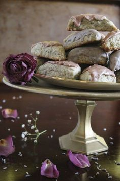 These moist, dense Earl Grey scones with rose and lavender floral icings will make you feel like you're in an enchanted garden! | www.pinchmeimeating.com