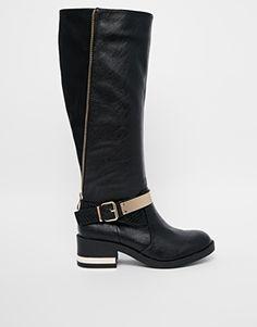 Botas para mujer de caña alta planas en color negro de River Island. Acabado de efecto cuero. http://stylabel.com/product/botas-de-montar-por-la-rodilla-con-placa-dorada-de-river-island/2926088
