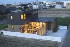 セレクトショップのフリークス ストア(FREAK'S STORE)は、ベツダイが運営する住宅ブランド「ライフレーベル(LIFE LABEL)」と協業し、新築規格住宅「フリークス ハウス(FREAK'S HOUSE)」をデザインした。全国165カ所にあるライフレーベル加盟の工務店で6月27日から販売する。本体工事価格は1
