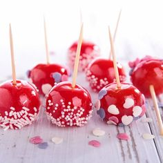 Cake pops cramoisies façon pommes d'amour