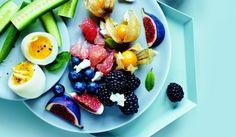 Opskrifter: Smilende æg med frugtsalat og gedeost | I FORM