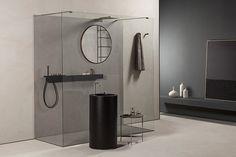 Parete doccia su misura in vetro temperato trasparente con profili a muro, pavimento in alluminio lucido o satinato e barra distanziale a misura.