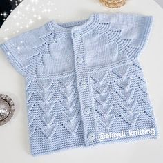Mesude Yolcu's 530 media content and analytics Baby Sweater Knitting Pattern, Knit Baby Sweaters, Easy Knitting Patterns, Knitting Stitches, Baby Knitting, Crochet Patterns, Toddler Cardigan, Baby Cardigan, Crochet For Kids