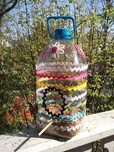 Lindos Comedouros de Garrafa PET para passarinhos | Kids Crafts, Recycled Crafts Kids, Crafts To Do, Milk Jug Crafts, Bird Feeder Craft, Homemade Bird Feeders, Bird Houses Diy, Plastic Bottle Crafts, Diy For Kids