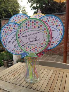 Geen gewone verjaardagskaartjes dit jaar! Happy Birthday Kids, Classroom Birthday, Birthday Board, 1st Birthday Girls, Art For Kids, Crafts For Kids, Handmade Invitations, Diy Presents, Kids Cards
