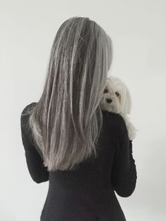 Natural grey hair goals. I love the sleek style together with the mid shoulder length. Gorgeous all 'round.