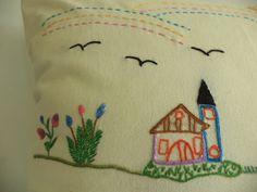 Capa de almofada em brim crú bordada à mão com temas que remetem a mineiridade, histórias, paisagens, festas populares. Peça única e exclusiva.