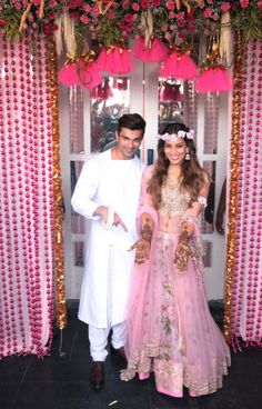 Bipasha Basu and Karan Singh Grover's mehendi function was held at Villa 69 in Mumbai on today, a day before their wedding. Indian Bridal Wear, Indian Wedding Outfits, Indian Outfits, Indian Weddings, Asian Bridal, Sangeet Outfit, Mehendi Outfits, Wedding Looks, Wedding Wear