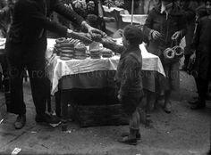 Napoli, bancarella di taralli Fondo Troncone 1932
