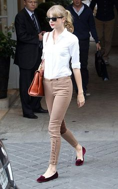 Me gusta sus bailarinas color vino + la blusa blanca + pantalón color vino o negro quedaría mejor.