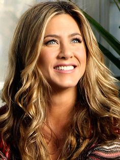 Jennifer Aniston Highlights - long hair styles Beautiful make-up and her long lashes makes her eyes bigger and shinning. Jennifer Aniston Style, Peinados Jennifer Aniston, Jeniffer Aniston, Long Thin Hair, Hair Icon, Photo Portrait, Hollywood, Long Lashes, Her Hair