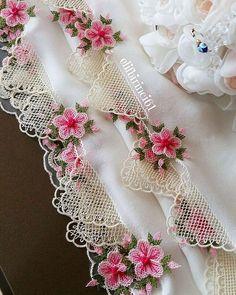 Ürün 👉 @fidanin_igne_oyalari . . . #igneoyasi #igneoyalari #dantel #ceyiz #ceyizhazirligi #gelin #havlukenari #gelinlik #oyapazari… Baby Knitting Patterns, Embroidery Patterns, Cross Stitch Patterns, Needle Lace, Bargello, Crochet Flowers, Doilies, Gifts For Friends, Needlework