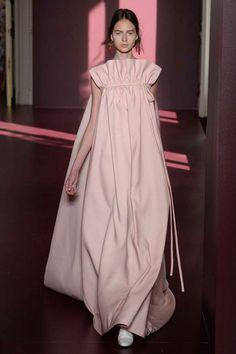 Valentino Fall 2017 Couture Fashion Show The complete Valentino Fall 2017 Couture fashion show now on Vogue Runway. Haute Couture Paris, Style Haute Couture, Valentino Couture, Couture Fashion, Valentino Paris, Valentino Resort, Valentino Shoes, Juicy Couture, Fashion 2017