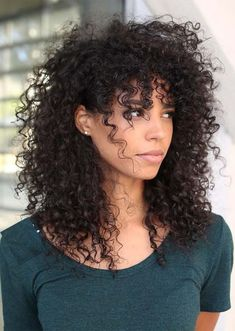 To have beautiful curls in good shape, your hair must be well hydrated to keep all their punch. You want to know the implacable theorem and the secret of the gods: Naturally curly hair is necessarily very well hydrated. Which… Continue Reading → Curly Hair With Bangs, Curly Hair Cuts, Short Curly Hair, Hairstyles With Bangs, Curly Girl, Wavy Hair, Curly Hair Styles, Natural Hair Styles, Gorgeous Hairstyles