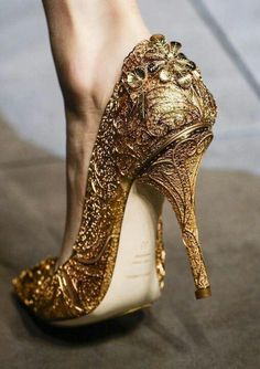 Awwwww love them! Golden heels bridal