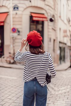Frenchie en bleu, blanc et rouge — Mode and The City blanc et rouge Outfits With Hats, Mode Outfits, Casual Outfits, Fashion Outfits, Parisian Chic Style, Paris Chic, Preppy Mode, Preppy Style, Style Chic Parisien