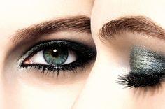 Chanel eye make up for green eyes Make Up Tutorials, Beauty Make-up, Beauty Hacks, Pokerface, Fake Eyelashes, Chanel, Eyebrow Pencil, Makeup Routine, Eye Make Up